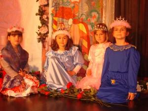Mädchen verkleiden sich in Prinzessinnen