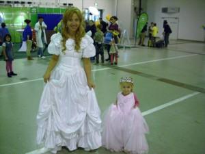 ... die Kleine versucht ihr Kleid hochzuhalten, wie eine Prinzessin halt!!!